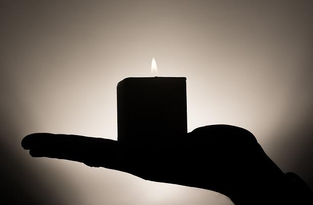svíčka na dlani