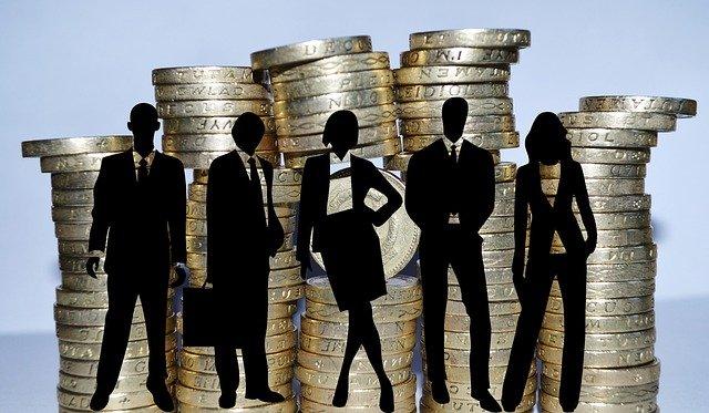 siluety podnikatelů a mince.jpg
