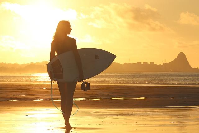 dívka a surfovací prkno