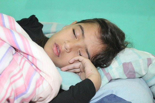 dítě v posteli