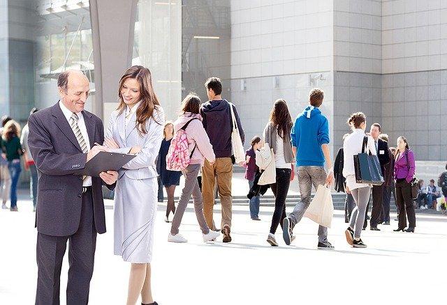 lidé před budovou
