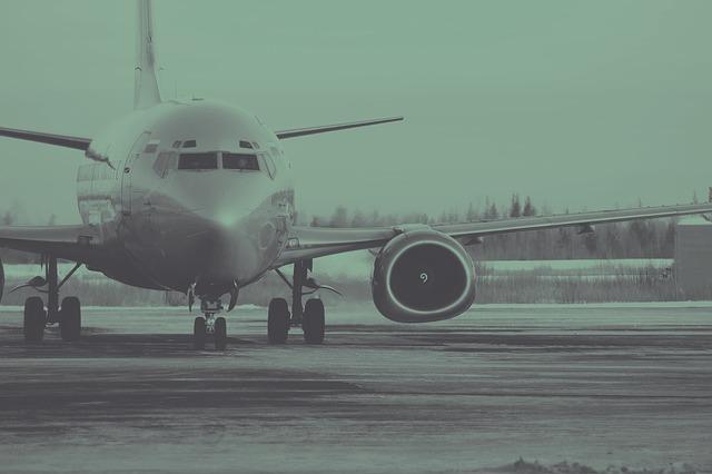 Letadlo rolující po letištní ploše